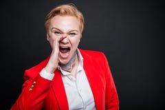 Portrait de la femme attirante d'affaires criant fort Photo libre de droits