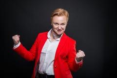 Portrait de la femme attirante d'affaires faisant le geste de gagnant Image libre de droits