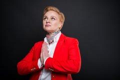 Portrait de la femme attirante d'affaires faisant le geste de prière Image libre de droits