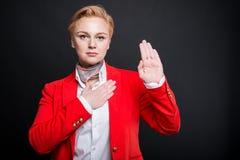 Portrait de la femme attirante d'affaires faisant le geste de serment Photos stock