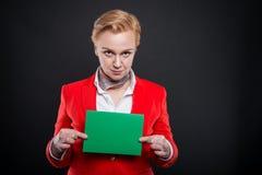 Portrait de la femme attirante d'affaires montrant le carton vert Photo libre de droits