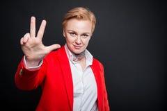 Portrait de la femme attirante d'affaires montrant le gestu du numéro trois Image stock