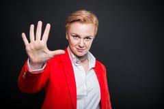 Portrait de la femme attirante d'affaires montrant le gestur du numéro cinq Images stock