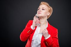 Portrait de la femme attirante d'affaires se refroidissant avec la bouteille de wat Photos libres de droits