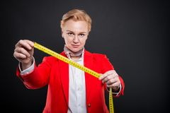 Portrait de la femme attirante d'affaires tenant la bande de mesure Image libre de droits