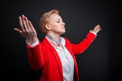 Portrait de la femme attirante d'affaires tenant la diffusion de bras Images libres de droits