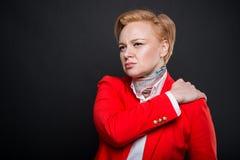 Portrait de la femme attirante d'affaires tenant l'épaule comme le mal Images libres de droits