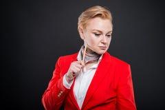 Portrait de la femme attirante d'affaires tenant le crayon et le thinkin Image libre de droits