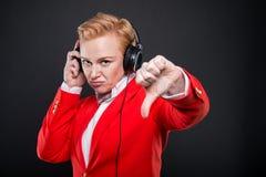 Portrait de la femme attirante d'affaires tenant la représentation d'écouteurs Photos stock