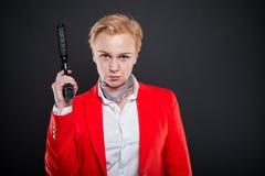 Portrait de la femme attirante d'affaires tenant une arme à feu Image stock
