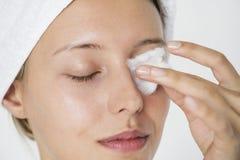 Portrait de la femme blanche faisant sa routine quotidienne de soins de la peau image libre de droits