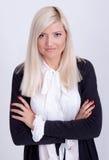 Portrait de la femme blonde habillée occasionnelle posant avec des bras croisés Photos libres de droits