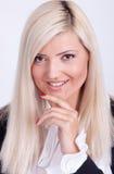 Portrait de la femme blonde habillée occasionnelle posant avec des bras croisés Image stock