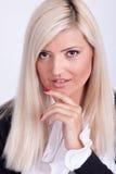 Portrait de la femme blonde habillée occasionnelle posant avec des bras croisés Photo libre de droits