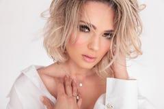 Portrait de la femme blonde sensuelle touchant sa clavicule photographie stock