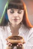 Portrait de la femme caucasienne adorable tenant la tasse en bois avec du Br Photos stock