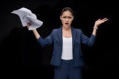 Portrait de la femme d'affaires asiatique fâchée tenant des documents photos stock