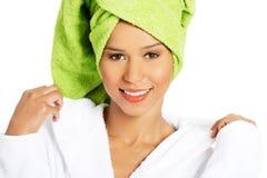 Portrait de la femme de sourire attirante enveloppée en serviette avec le turba photos libres de droits