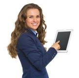 Portrait de la femme de sourire d'affaires à l'aide du PC de comprimé image libre de droits