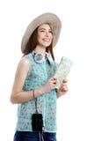 Portrait de la femme de touristes heureuse tenant la carte en vacances sur le blanc Photos stock