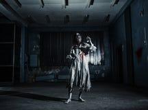 Portrait de la femme de zombi d'horreur Veille de la toussaint photo libre de droits