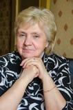 Portrait de la femme derrière une table Photographie stock libre de droits