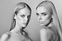 Portrait de la femme deux avec les cheveux blonds faits dans le studio Photos libres de droits