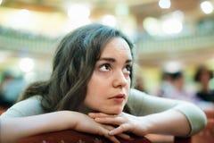 Portrait de la femme ennuyée regardant le spectacle de théâtre photos libres de droits
