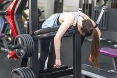 Portrait de la femme fatiguée ayant le repos après séance d'entraînement Photos stock