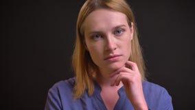 Portrait de la femme formel-habillée observant tristement dans la caméra et pleurant sur le fond noir banque de vidéos