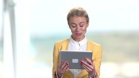 Portrait de la femme heureuse d'affaires à l'aide du PC de comprimé banque de vidéos