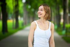 Portrait de la femme heureuse de forme physique prête à commencer la séance d'entraînement photo libre de droits