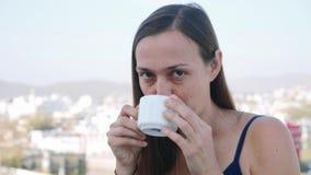 Portrait de la femme prenant un petit d?jeuner en caf? sur la terrasse clips vidéos