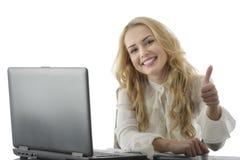 Portrait de la femme réussie d'affaires montrant des pouces  Images stock