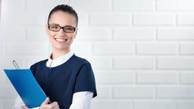 Portrait de la femme réussie d'affaires souriant et regardant la caméra clips vidéos