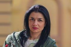 Portrait de la femme sérieuse dans la rue photographie stock