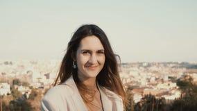 Portrait de la femme de sourire heureuse se tenant contre le panorama de Rome, Italie Appareil-photo de regard femelle, apprécian Photographie stock