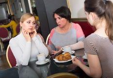 Portrait de la femme trois soucieuse s'asseyant dans le café Images libres de droits