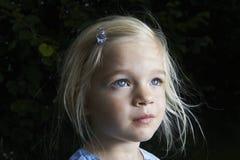 Portrait de la fille blonde d'enfant recherchant Images stock