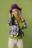 Portrait de la fille blonde de sourire utilisant l'équipement coloré photographie stock libre de droits