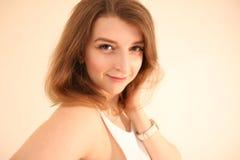 Portrait de la fille caucasienne avec la pose brune de cheveux d'isolement sur le fond blanc Images libres de droits