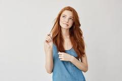 Portrait de la fille couverte de taches de rousseur rêveuse tendre de gingembre pensant, se sentant peu sûr à sa première date Gr Photographie stock libre de droits