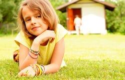 Portrait de la fille de dix se trouvant sur l'herbe verte Image libre de droits
