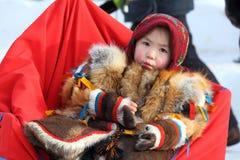 Portrait de la fille de Nenets dans des vêtements nationaux Photographie stock libre de droits
