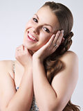 Portrait de la fille de sourire heureuse Photos libres de droits