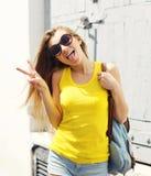 Portrait de la fille fraîche à la mode positive ayant l'amusement Photo stock