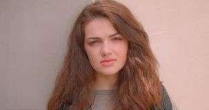 Portrait de la fille mignonne de brune observant dans la caméra étant extérieur calme et rêveur clips vidéos