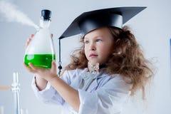 Portrait de la fille passionné au sujet de la science Image stock