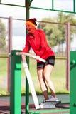 Portrait de la formation femelle riante heureuse dehors sur l'entraîneur de pas photos stock
