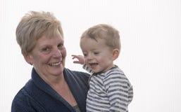 Portrait de la grand-mère et du petit-fils riant et souriant Photo stock